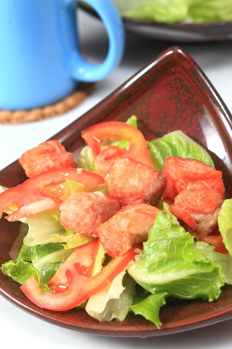 鲑鱼生菜沙拉佐蒜香油醋