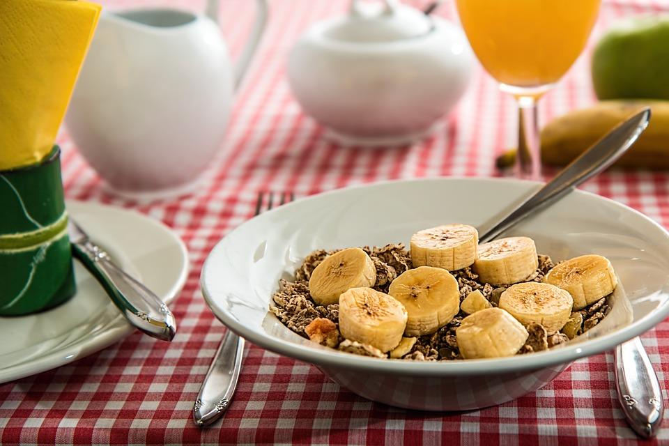 多喝牛奶能助眠?养成良好饮食习惯更好