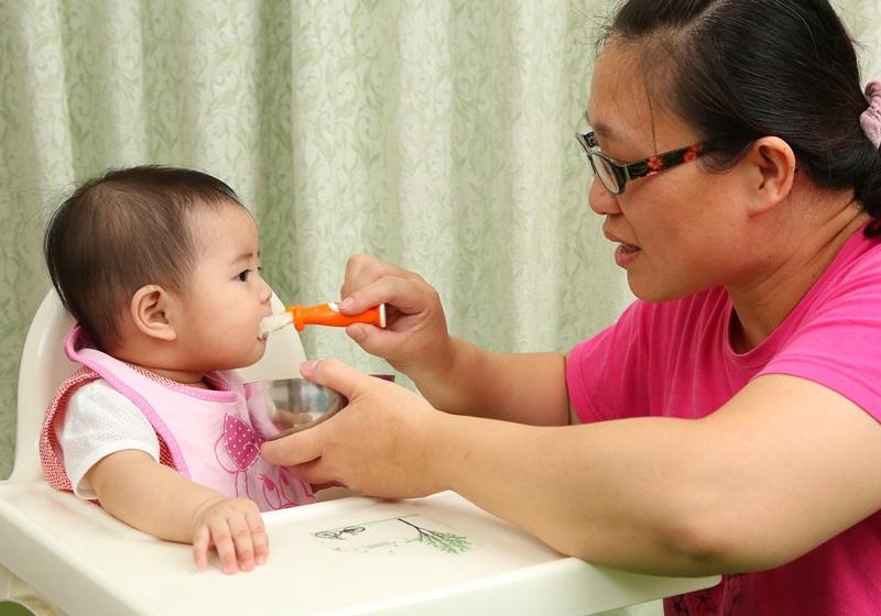 何时该让宝宝开始吃副食品?医师:黄金时期是…