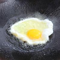 5 分钟做「麻油甜酒蛋」古早味温补点心!暖身又暖心