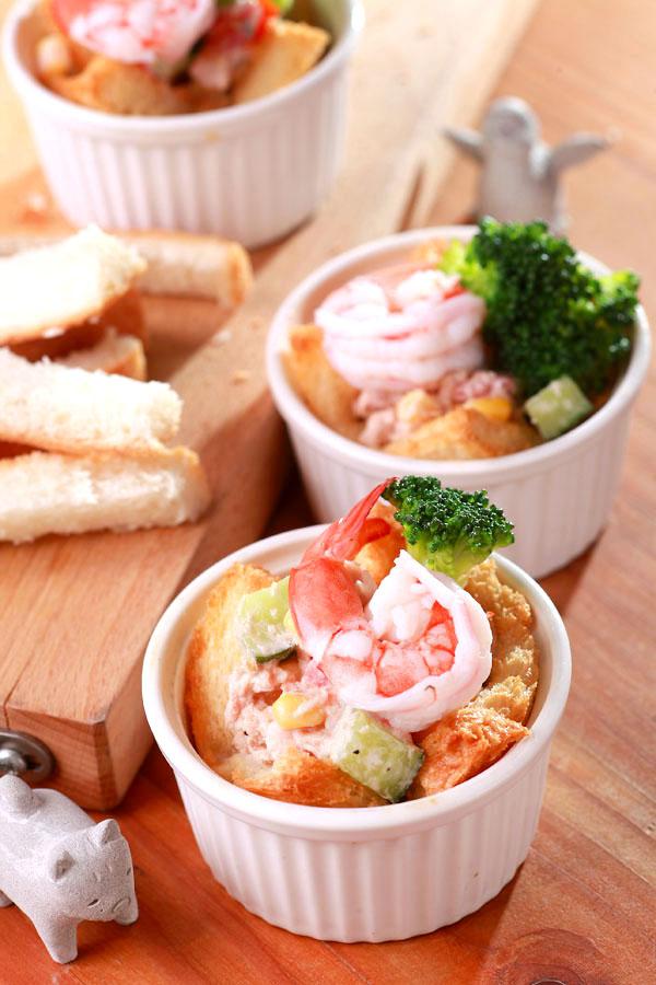 鲔鱼蔬菜吐司杯