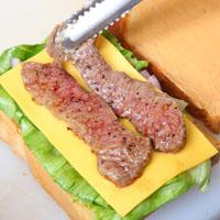 干酪炙烤牛三明治