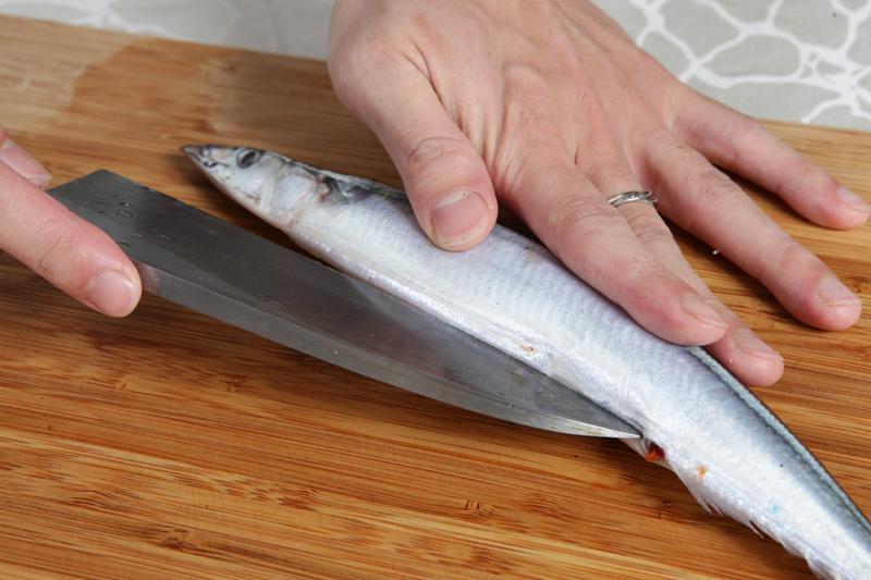 秋刀鱼怎幺分切、去腥?料理前必学的处