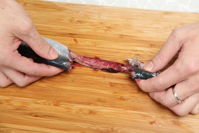 秋刀鱼怎幺分切、去腥?料理前必学的处理技法!
