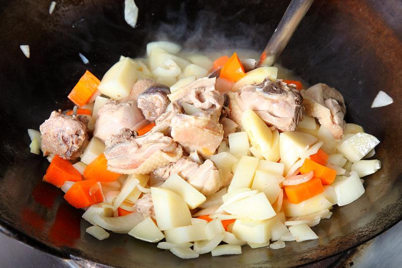洋葱土豆炖鸡肉